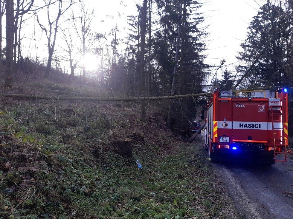 Vysoký Chlumec-strom spadlý na hasičské auto.