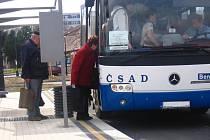 Starší cestující by uvítali nízkopodlažní autobusy