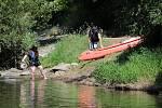 Rekreační vodáci na řece v Týnci nad Sázavou.