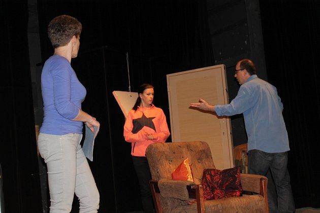 Generální zkouška bystřických ochotníků na sobotní start Divadelního festivalu Ludvíka Němce.