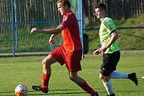 Jiří Kamarýt (v červeném) měl s Vraným velký den, když vsítil za Votice hattrick a pomohl tak k obratu z 0:2 na 4:2.