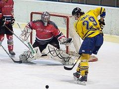 Michal Kaňka (ve žlutém) odehrál poslední zápas za Benešov. Na závěr vstřelil Jesenici gól, přesto to na body nestačilo.