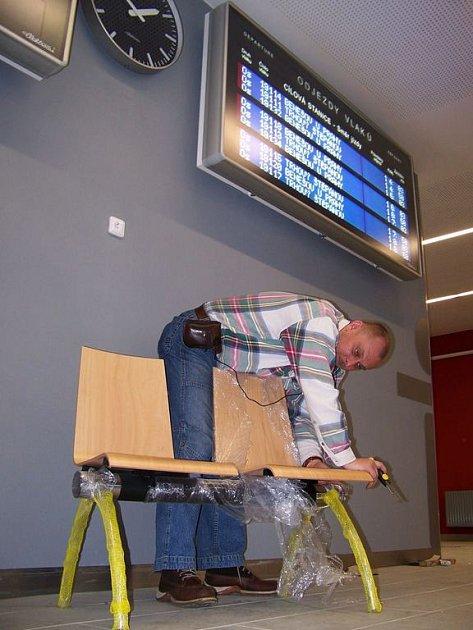 Moderně řešené sedačky, které už nyní mohou využívat cestující, plně odpovídají charakteru nového vlašimského dopravního terminálu
