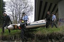 Mrtvý muž byl nalezný 29. srpna po 21. hodině na krhanickém mostě přes Sázavu. V dalších dnech policisté propátrali jeho okolí. Ilustrační foto.