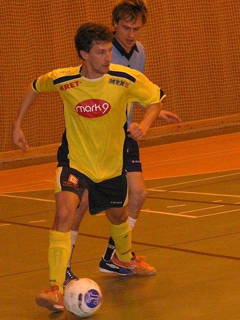 V Neveklově se hrál vynikající zápas, kterému přispěli i mělnický Spal (u míče) a benešovský Ondřej Žáček