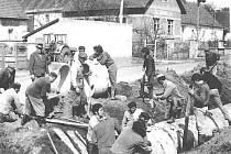 Když bylo při práci potřeba přidat sílu, ocitli se brigádníci při stavbě kanalizace v Úročnici v roce 1973 na jediném místě.