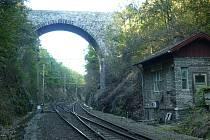 Kamenný most ve Střezimíři z roku 1895 nahradí zhruba za dva roky jeho betonová replika. Původní most ve stanici Střezimíř i s objektem hradla.