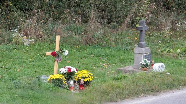 Vzpomínka na dvě dopravní tragédie u křížení silnic 111 a 112 u Struhařova.