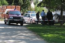 Policisté na místě nálezu dělostřeleckých granátů.