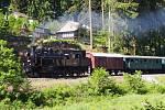 Vlak tažený párou stoupal také od Týnce nad Sázavou v nejstrmějším stoupání trati z Prahy Braníka do Čerčan k zastávce Svárov.