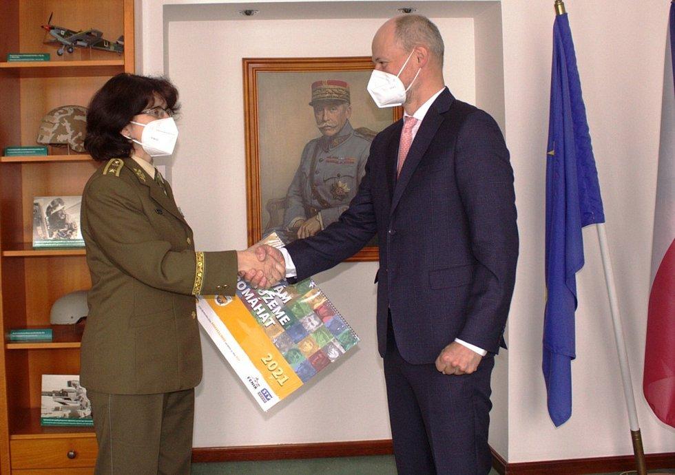 Brigádní generálka Lenka Šmerdová a obchodní ředitel společnosti Sellier & Bellot Josef Strnad.