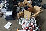 Více než 17 tisíc kusů padělaného zboží zlikvidovala drtička odpadů.