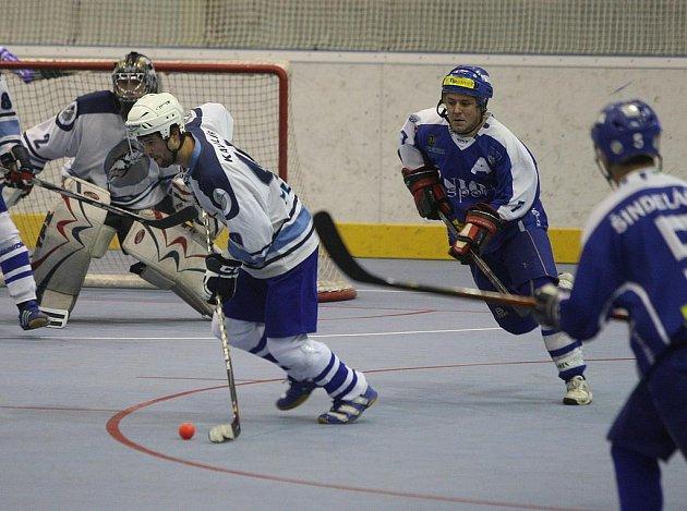 Hokejbalistům Vlašimi se v Plzni nedařilo a inkasovali devět branek.