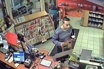 Krádež peněženky z pultu benzínové čerpací stanice se stala v úterý 30. září ve 20.37 hodin.