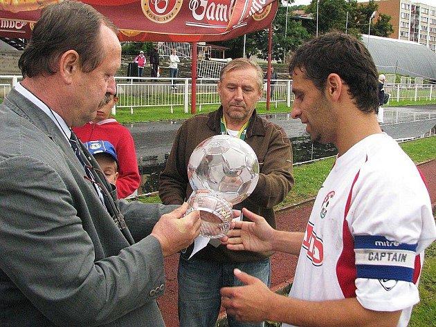 Kapitán Votic Martin Horváth převzal skleněný pohár za první místo.