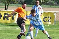 V zápase s Popovicemi vstřelil Petr Kadeřábek (vzadu, sleduje souboj) čtyři z pěti gólů nespeckého béčka.