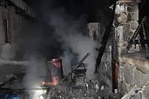 Z požáru kůlny v rekreační oblasti řeky Sázavy poblíž Zbořeného Kostelce 1. dubna 2021.