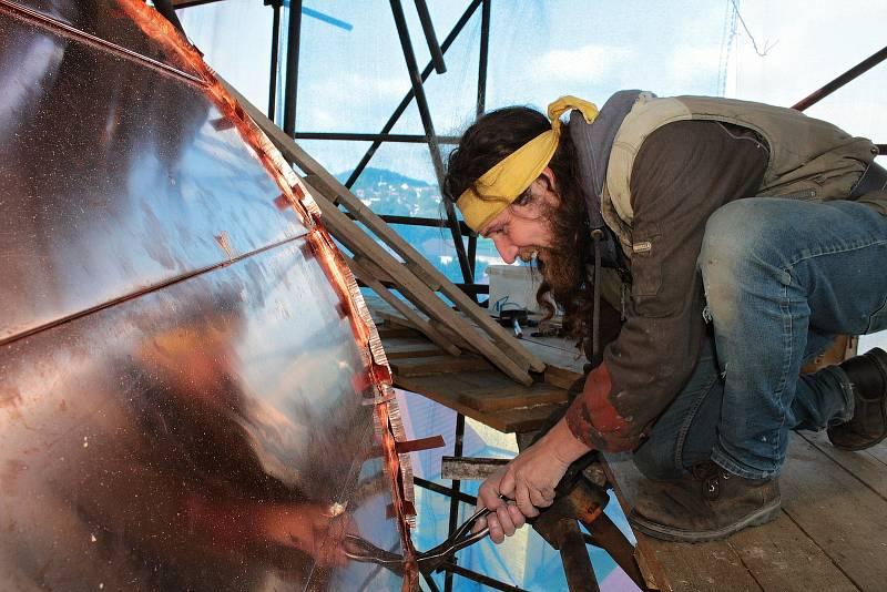 Oprava věže kostela Všech svatých v Olbramovicích 30. září 2021. Měděný plech instaluje na novou dřevěnou báň stavební klempíř Bohouš Král z Tábora.
