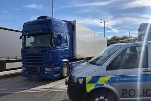 Z kontroly kamionu policisty z dálničního oddělení.