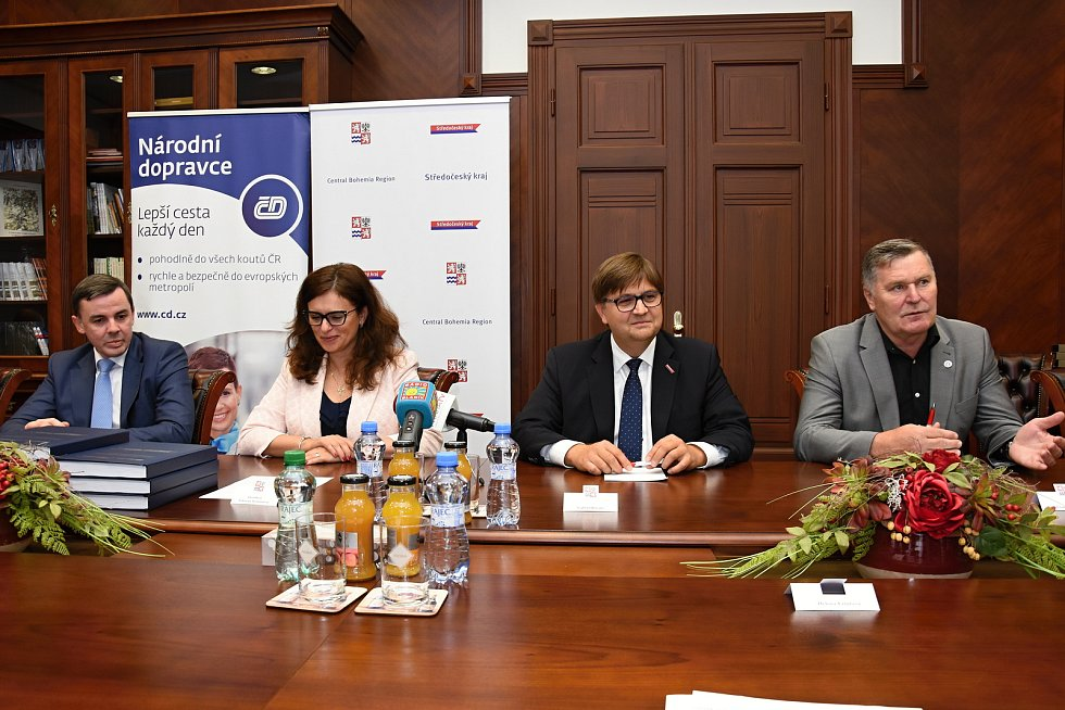 Na krajském úřadu ve čtvrtek podepsali desetiletou smlouvu o zajištění základní drážní dopravní obslužnosti ve Středočeském kraji