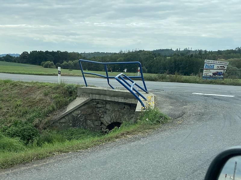 Jedna z dopravních nehoda na křížení silnic 111 a 112 u Struhařova zanechala v září stopu v podobě zohýbaného zábradlí.