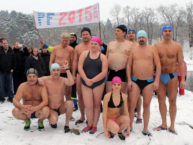 Otužilci se s rokem 2014 loučili plaváním v Sázavě pod týneckým hradem.