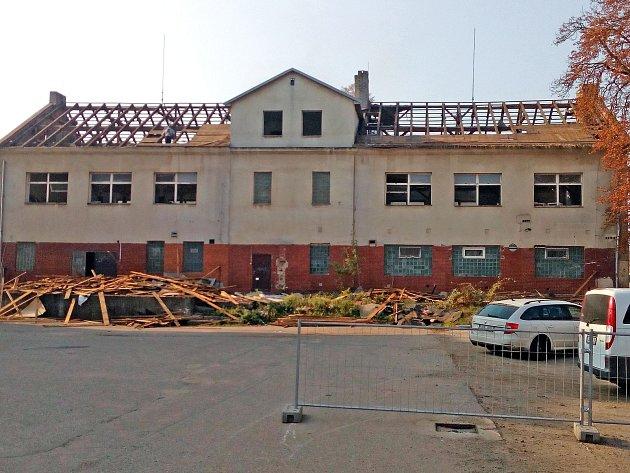 Bourání objektu v Táborských kasárnách v Benešově.
