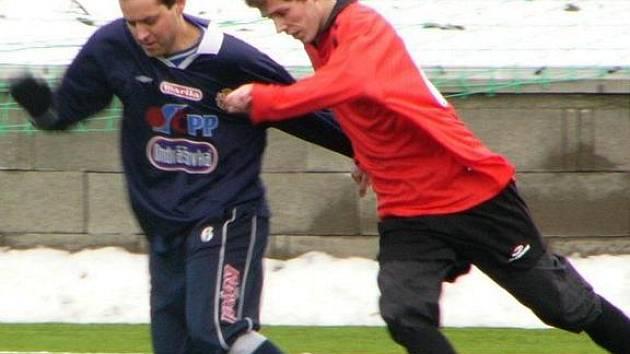 Kanonýr béčka Votic (vlevo) se proti Popovicím sice střelecky neprosadil, ale nemusel smutnit, protože domácí vyhráli 2:1