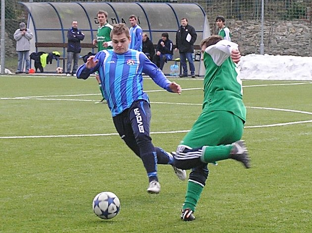 Votický Marek Štork (v modrém) dostal do presu kondrackého Tomáše Kubína.