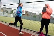 Běžecké dráhy s tartanem jsou v Benešově dvě u základních škol, ovšem žádná z nich neměří 100 metrů.