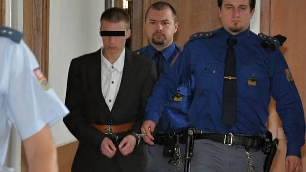 Mladého násilníka odsoudil krajský soud, zatím nepravomocně, k deseti rokům za mřížemi a k ústavní sexuologické léčbě.