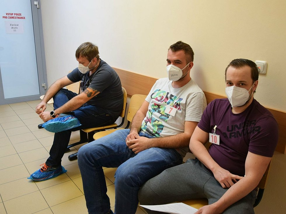 Hokejisté HC Lev Benešov při darování krve.