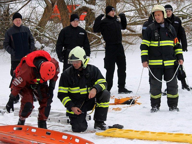 Středeční prověřovací cvičení benešovských hasičů na rybníku Papírna.