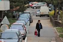 Situaci v parkování má na sídlišti změnit zavedení parkovací zóny.