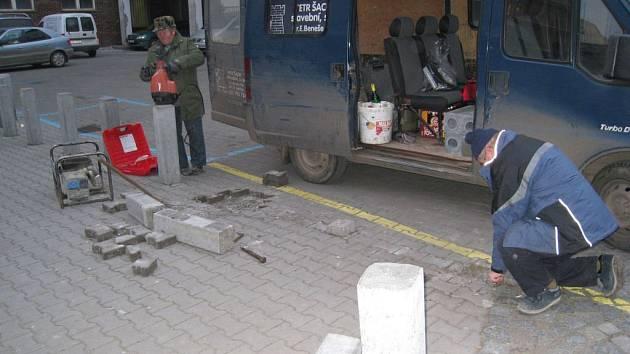 Dělníci postaví, motorista urazí, dělníci postaví, motoruista urazí. A tak stále dokola. Včera dělníci nainstalovali před poštou další nové betonové prvky. Jak dlouho vydrží stát?