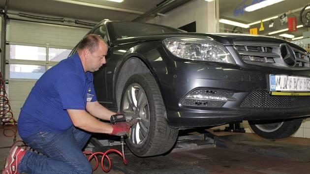 Výměna zimních pneumatik za letní nebývá tak hektická.