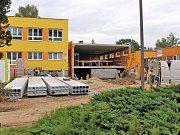 Výstavba spojovacího krčku pokračovala i v úterý 4. července. Stavebníci pokládali hydroizolace na střeše objektu.