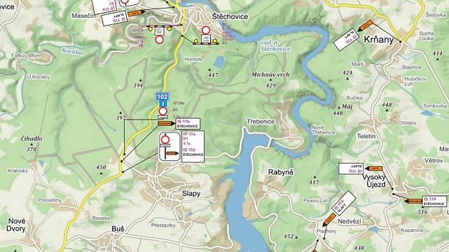 Na mapce vyznačená uzavírka silnice II/102 v úseku mezi Štěchovicemi a Slapy.