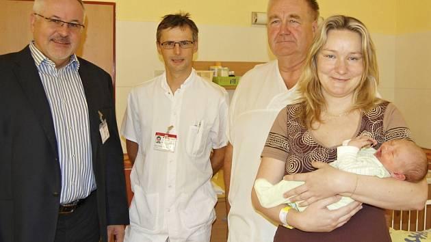 Ředitel nemocnice Petr Hostek, primáři Michael Richter a Stanislav Matoušek s maminkou Helenou Šopejstalovou a jejím synem Danielem Červenkou při oslavě letošního tisícího porodu.