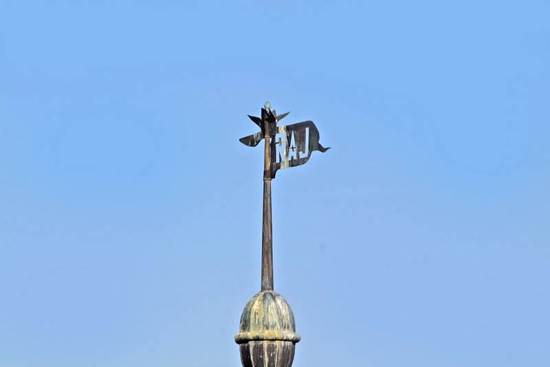 Benešov při pohledu ze střechy kostela sv. Anny - korouhvička na vížce Hotelu Pošta.