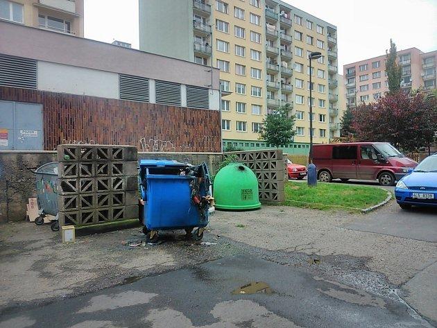 Následky útoku žháře v Nové pražské ulici v noci na 5. října.