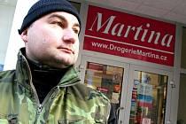 Pracovník ochranky hlídá vchod do drogerie
