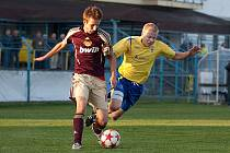 Dominik Němec (ve žlutém) se stal velkou postavou zápasu Benešova s Duklou, první gól vstřelil a před druhým byl faulován brankářem. byl