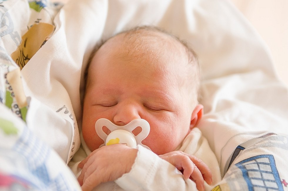 Mia Teuberová se narodila v nymburské porodnici 27. dubna 2021 v 10.35 hodin s váhou 2960 g a mírou 48 cm. Z prvorozené holčičky se v Chotuticích radují maminka Hana a tatínek Jakub.