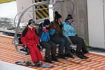 První hodina provozu skiareálu byl na Silvestra náročný. Lyžaři si zvykali na nastupování na lanovku