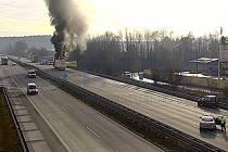 Hořící kamion na 56. kilometru dálnice D1 ve směru na Brno.