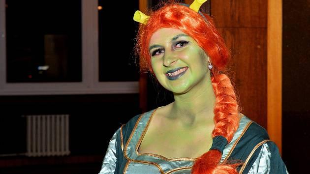 Již pátý ročník maškarního plesu přilákal tradičně na Velký pátek, který letos připadl na 19. dubna, do Společenského domu v Sázavě více než sto padesát návštěvníků.