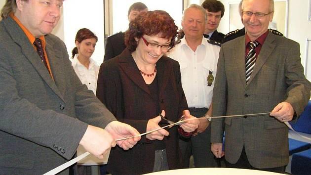 Bývalá starostka Votic Jana Kocurová v roce 2008 při slavnostním otevření recepce dopravního inspektorátu Policie ČR v Benešově.