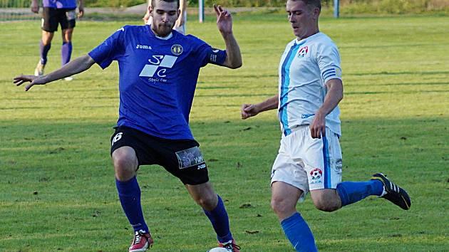 V souboji kapitánů odehrával míč votický Jan Kolář (v bílém) před Marcelem Rodkem z Hradišťka.