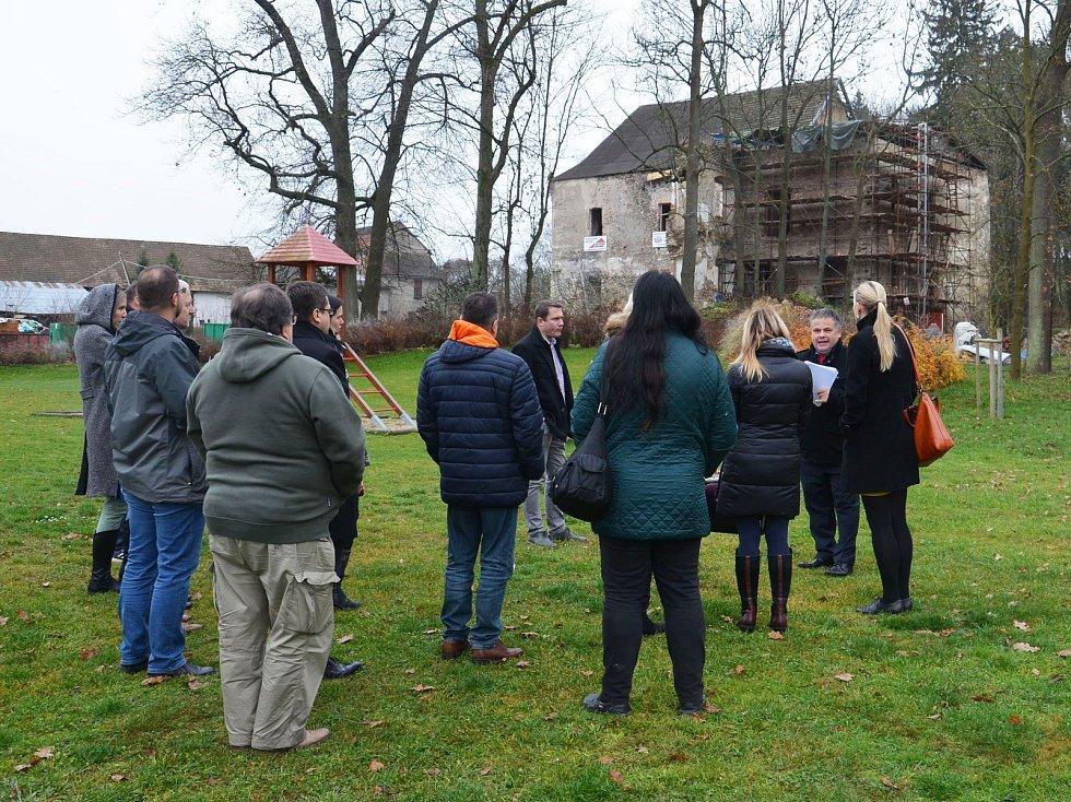 Účastníci Fóra cestovního ruchu Kraje blanických rytířů se seznámili s rekonstrukcí zvěstovského zámku.